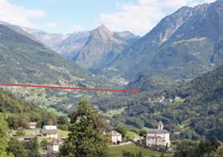 La freccia indica la direzione del corpo luminoso (da Ovest verso Est, dal Pizzo Molare verso l'imbocco della Val Soia, valle che porta all'Adula). Puntava verso il basso.